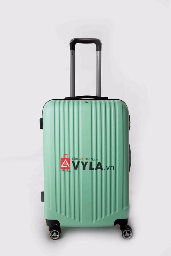 """Màu xanh lá của chiếc vali làm không gian xung quanh bỗng """"XANH"""" hơn"""