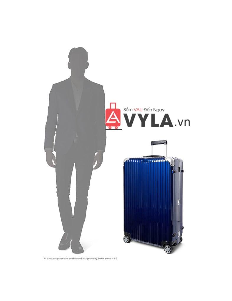 Nam giới với chiếc vali màu xanh