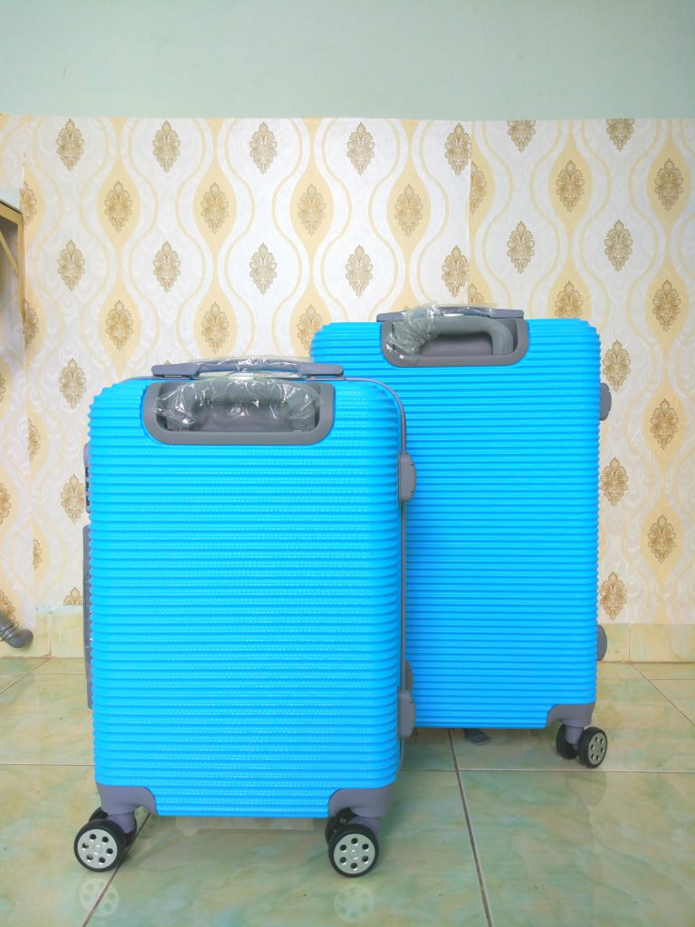 Cửa hàng bán vali 2 màu vàng xanh